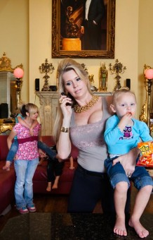 Jackie and her children, Orlando, Florida©Lauren Greenfield 2011/INSTITUTE