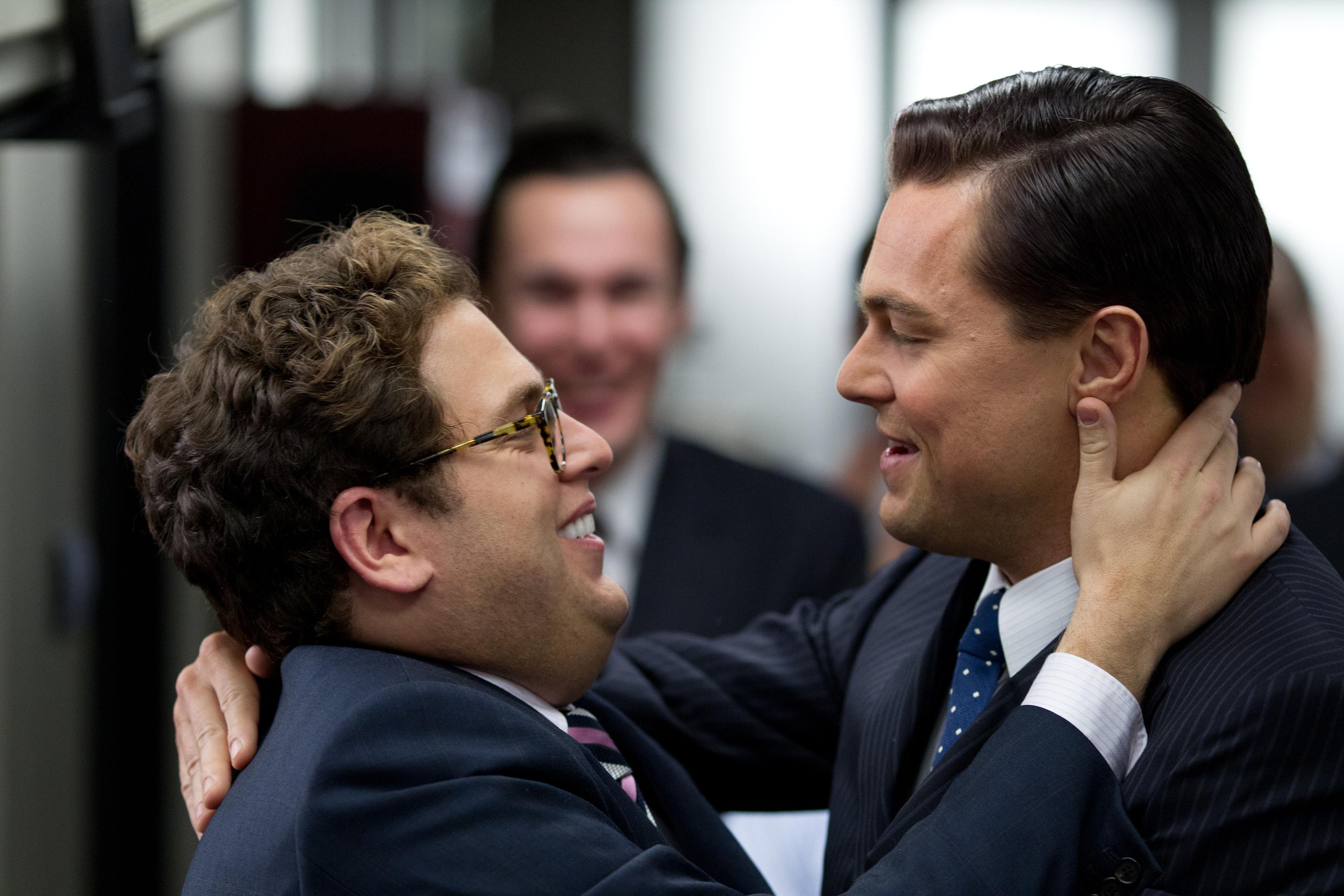 Jonah Hill och Leonardo Di Caprio omfamnar varandra i filmen The Wolf Of Wallstreet
